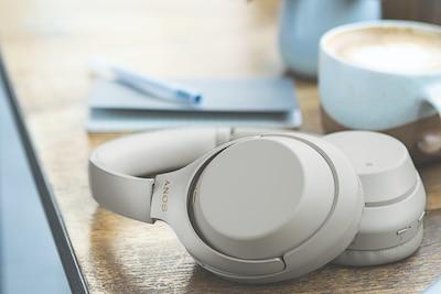 Căști cu anulare digitală a zgomotului Sony cu BLUETOOTH pe birou