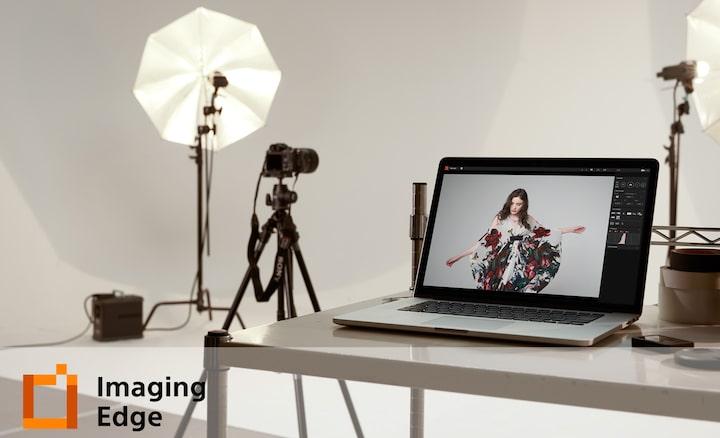 Imagine cu un laptop într-un studio de fotografie