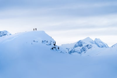 Kyle-Meyr-Sony-alpha-9-pair-of-skiers-stand-atop-snow-covered-mountain