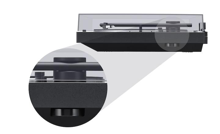 Vedere laterală a gramofonului BLUETOOTH, cu adaptorul de 45 rpm în prim-plan